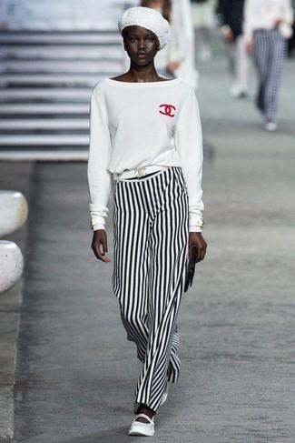 Wie kombinieren: weißer Pullover mit einem Rundhalsausschnitt, weiße und schwarze vertikal gestreifte weite Hose, weiße Leder Ballerinas, schwarze Leder Clutch