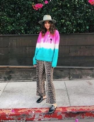 Wie kombinieren: mehrfarbiger Mit Batikmuster Pullover mit einem Rundhalsausschnitt, braune weite Hose mit Leopardenmuster, schwarze Leder Slipper, grauer Wollhut