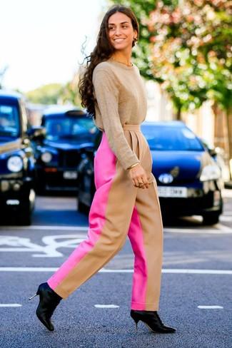 Wie kombinieren: beige Pullover mit einem Rundhalsausschnitt, fuchsia weite Hose, schwarze Leder Stiefeletten, goldenes Armband