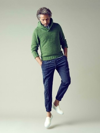 Wie kombinieren: grüner Strick Pullover mit einem Schalkragen, weißes T-shirt mit einer Knopfleiste, dunkelblaue Chinohose, weiße Slip-On Sneakers aus Segeltuch