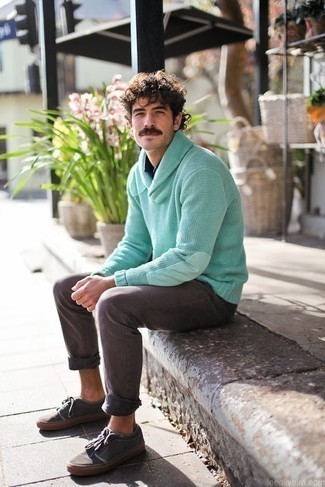 Herren Outfits & Modetrends 2020: Paaren Sie einen mintgrünen Pullover mit einem Schalkragen mit grauen Jeans für ein großartiges Wochenend-Outfit. Fühlen Sie sich ideenreich? Wählen Sie dunkelgrauen Segeltuch niedrige Sneakers.
