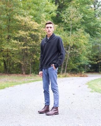 Wie kombinieren: schwarzer Pullover mit einem Schalkragen, graues T-Shirt mit einem Rundhalsausschnitt, blaue Chambray Chinohose, dunkelrote Lederfreizeitstiefel