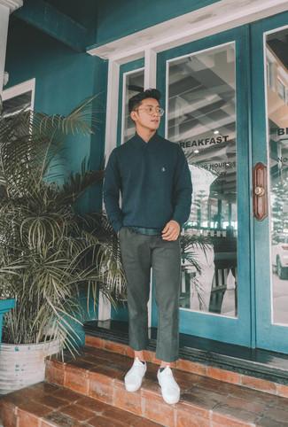 Wie kombinieren: schwarzer Pullover mit einem Schalkragen, schwarzes T-Shirt mit einem Rundhalsausschnitt, dunkelgraue Chinohose, weiße Segeltuch niedrige Sneakers