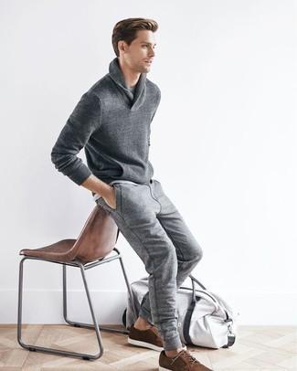 Graue Jogginghose kombinieren: trends 2020: Entscheiden Sie sich für einen grauen Pullover mit einem Schalkragen und eine graue Jogginghose, um mühelos alles zu meistern, was auch immer der Tag bringen mag. Braune Wildleder Derby Schuhe bringen Eleganz zu einem ansonsten schlichten Look.