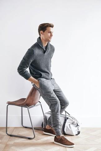Graue Jogginghose kombinieren: trends 2020: Entscheiden Sie sich für einen grauen Pullover mit einem Schalkragen und eine graue Jogginghose für ein Alltagsoutfit, das Charakter und Persönlichkeit ausstrahlt. Braune Wildleder niedrige Sneakers sind eine ideale Wahl, um dieses Outfit zu vervollständigen.