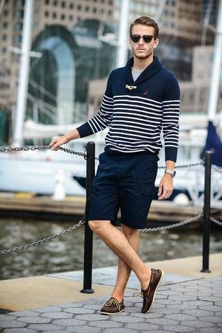 dunkelblauer und weißer horizontal gestreifter Pullover mit einem Schalkragen, graues T-Shirt mit einem Rundhalsausschnitt, dunkelblaue Shorts, dunkelbraune Leder Bootsschuhe für Herren