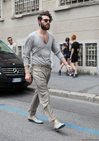 Herren Outfits & Modetrends 2020: Etwas Einfaches wie die Wahl von einem grauen Pullover mit einem V-Ausschnitt und einer grauen Anzughose kann Sie von der Menge abheben. Hellblaue Leder Derby Schuhe sind eine gute Wahl, um dieses Outfit zu vervollständigen.