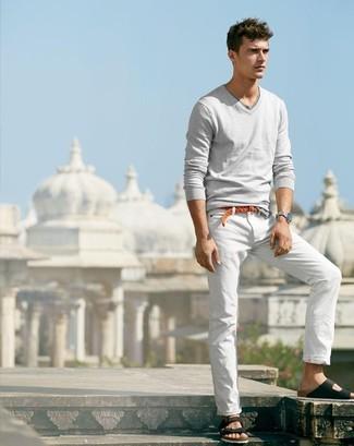 Weiße Anzughose kombinieren – 2 Casual Herren Outfits: Tragen Sie einen grauen Pullover mit einem V-Ausschnitt und eine weiße Anzughose für eine klassischen und verfeinerte Silhouette. Fühlen Sie sich mutig? Komplettieren Sie Ihr Outfit mit schwarzen Ledersandalen.
