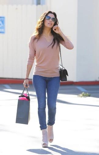 Wie kombinieren: beige Pullover mit einem V-Ausschnitt, blaue enge Jeans, hellbeige Leder Stiefeletten mit Ausschnitten, schwarze gesteppte Leder Umhängetasche
