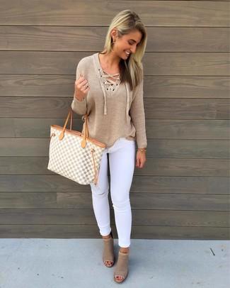 Wie kombinieren: beige Pullover mit einem V-Ausschnitt, weiße enge Jeans mit Destroyed-Effekten, hellbeige Leder Stiefeletten mit Ausschnitten, graue Shopper Tasche aus Segeltuch mit geometrischen Mustern