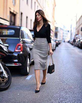 Wie kombinieren: schwarzer Pullover mit einem V-Ausschnitt, weißer und schwarzer Bleistiftrock mit Hahnentritt-Muster, schwarze Satin Pumps, schwarze Satchel-Tasche aus Leder