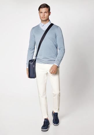Wie kombinieren: hellblauer Pullover mit einem V-Ausschnitt, hellblaues Businesshemd, weiße Chinohose, dunkelblaue Leder niedrige Sneakers