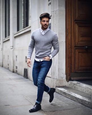 Wie kombinieren: grauer Pullover mit einem V-Ausschnitt, weißes Businesshemd, blaue enge Jeans, schwarze Chelsea-Stiefel aus Leder