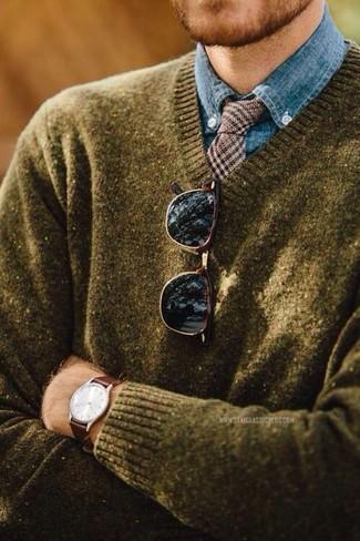 Wie kombinieren: olivgrüner Pullover mit einem V-Ausschnitt, blaues Chambray Businesshemd, braune Wollkrawatte mit Hahnentritt-Muster, dunkelbraune Sonnenbrille