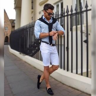 Wie kombinieren: schwarzer Pullover mit einem V-Ausschnitt, hellblaues Businesshemd, weiße Shorts, schwarze Wildleder Slipper mit Quasten