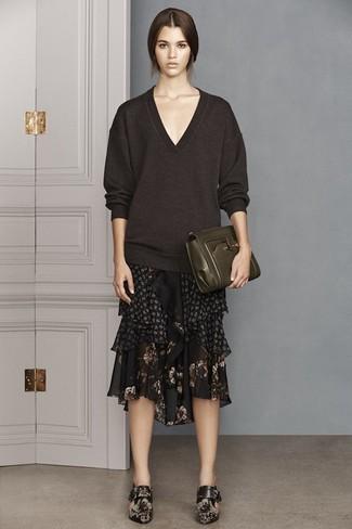 Wie kombinieren: dunkelbrauner Pullover mit einem V-Ausschnitt, schwarzer Midirock aus Chiffon mit Blumenmuster, schwarze Leder Stiefeletten mit Blumenmuster, dunkelgrüne Leder Clutch