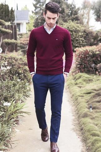 Entscheiden Sie sich für einen klassischen Stil in einem dunkelroten Pullover mit einem V-Ausschnitt und einer dunkelblauen Anzughose. Fühlen Sie sich ideenreich? Ergänzen Sie Ihr Outfit mit dunkelbraunen leder oxford schuhen.