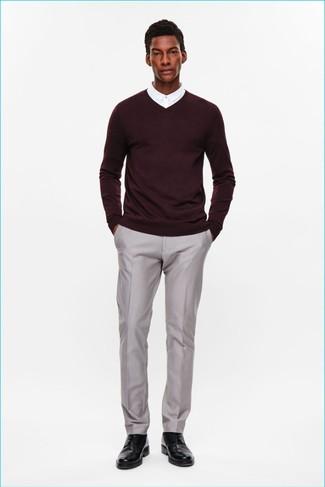 Wie kombinieren: dunkelroter Pullover mit einem V-Ausschnitt, weißes Businesshemd, graue Anzughose, schwarze Leder Derby Schuhe