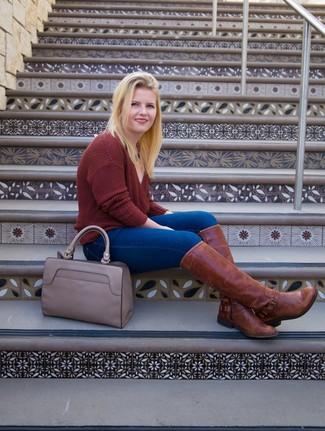 Wie kombinieren: dunkelroter Pullover mit einem V-Ausschnitt, blaue enge Jeans, braune kniehohe Stiefel aus Leder, graue Shopper Tasche aus Leder