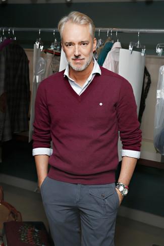 Wie kombinieren: dunkelroter Pullover mit einem V-Ausschnitt, weißes Langarmhemd, graue Chinohose, silberne Uhr