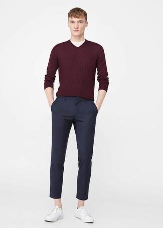 Wie kombinieren: dunkelroter Pullover mit einem V-Ausschnitt, weißes T-Shirt mit einem Rundhalsausschnitt, dunkelblaue Chinohose, weiße Leder niedrige Sneakers