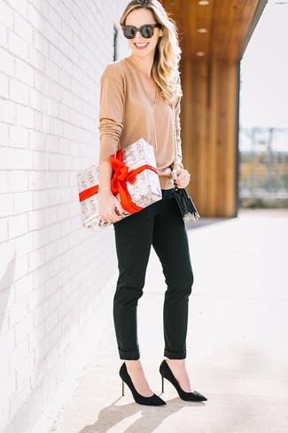 Wie kombinieren: beige Pullover mit einem V-Ausschnitt, schwarze enge Hose, schwarze Wildleder Pumps, schwarze Leder Umhängetasche
