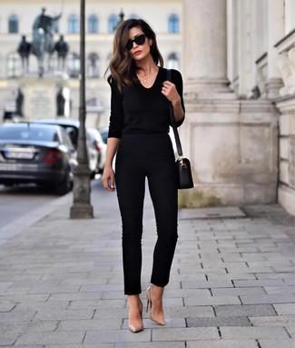 Wie kombinieren: schwarzer Pullover mit einem V-Ausschnitt, schwarze enge Hose, beige Leder Pumps, schwarze Leder Umhängetasche
