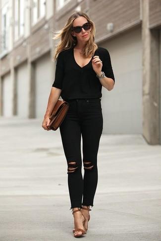 Wie kombinieren: schwarzer Pullover mit einem V-Ausschnitt, schwarze enge Jeans mit Destroyed-Effekten, braune Leder Sandaletten, braune Leder Clutch