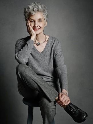 Schwarze Leder Oxford Schuhe kombinieren: trends 2020: Um einen harmonischen Freizeit-Look zu erzielen, paaren Sie einen grauen Pullover mit einem V-Ausschnitt mit einer dunkelgrauen Wollanzughose. Fühlen Sie sich ideenreich? Vervollständigen Sie Ihr Outfit mit schwarzen Leder Oxford Schuhen.