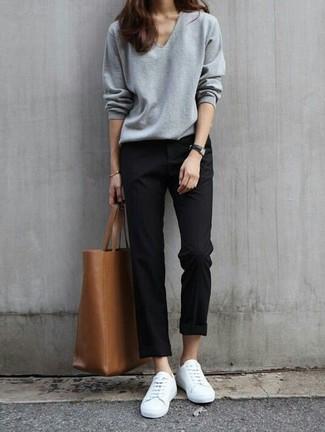 Wie kombinieren: grauer Pullover mit einem V-Ausschnitt, schwarze Chinohose, weiße niedrige Sneakers, braune Shopper Tasche aus Leder