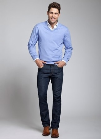 Wie kombinieren: hellblauer Pullover mit einem V-Ausschnitt, weißes Langarmhemd, dunkelblaue Jeans, braune Leder Derby Schuhe