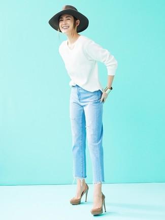 Wie kombinieren: weißer Pullover mit einem V-Ausschnitt, hellblaue Jeans mit Destroyed-Effekten, braune Leder Pumps, grauer Wollhut