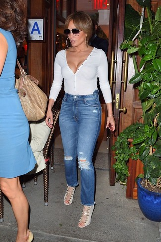 Wie kombinieren: weißer Pullover mit einem V-Ausschnitt, blaue Jeans mit Destroyed-Effekten, hellbeige Segeltuch Sandaletten, schwarze Sonnenbrille
