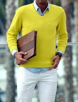 Wie kombinieren: gelber Pullover mit einem V-Ausschnitt, hellblaues Jeanshemd, weiße enge Jeans, braune Leder Clutch Handtasche