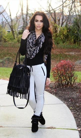 Schwarzen bedruckten Schal kombinieren – 16 Damen Outfits: Tragen Sie einen schwarzen Pullover mit einem V-Ausschnitt und einen schwarzen bedruckten Schal, um einen zeitgenössischen Freizeit-Look zu erzielen. Fügen Sie schwarzen hohe Sneakers aus Wildleder für ein unmittelbares Style-Upgrade zu Ihrem Look hinzu.