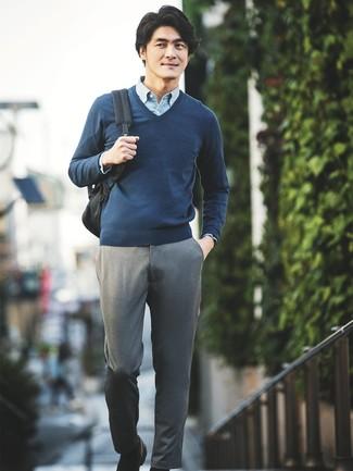 Wie kombinieren: dunkelblauer Pullover mit einem V-Ausschnitt, hellblaues Chambray Langarmhemd, graue Chinohose, schwarze Leder Slipper