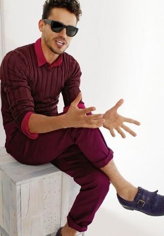 Wie kombinieren: dunkelroter Pullover mit einem V-Ausschnitt, rotes Langarmhemd, dunkelrote Chinohose, violette Leder Slipper