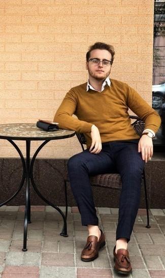 Weißes Langarmhemd kombinieren: trends 2020: Tragen Sie ein weißes Langarmhemd und eine dunkelblaue Chinohose mit Schottenmuster für einen bequemen Alltags-Look. Braune Leder Slipper mit Quasten bringen Eleganz zu einem ansonsten schlichten Look.