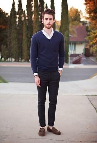 Goldene Uhr kombinieren: trends 2020: Entscheiden Sie sich für Komfort in einem dunkelblauen Pullover mit einem V-Ausschnitt und einer goldener Uhr. Fühlen Sie sich mutig? Ergänzen Sie Ihr Outfit mit braunen Leder Slippern.