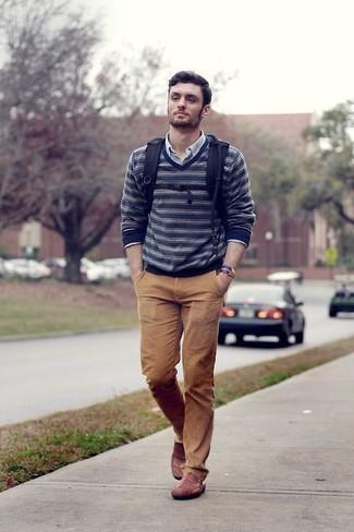 30 Jährige: Hose kombinieren – 500+ Herren Outfits: Entscheiden Sie sich für einen dunkelblauen und weißen horizontal gestreiften Pullover mit einem V-Ausschnitt und eine Hose für einen bequemen Alltags-Look. Fühlen Sie sich mutig? Wählen Sie rotbraunen Leder Mokassins.