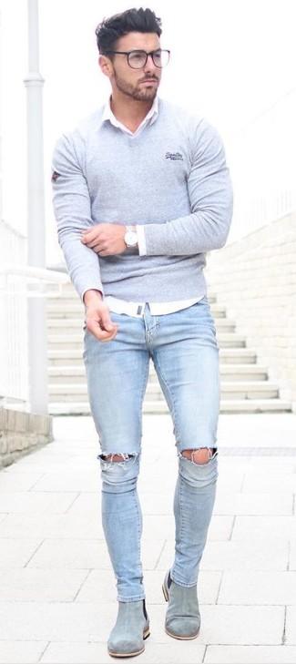 Hellblaue enge Jeans mit Destroyed-Effekten kombinieren: trends 2020: Entscheiden Sie sich für Komfort in einem grauen Pullover mit einem V-Ausschnitt und hellblauen engen Jeans mit Destroyed-Effekten. Fühlen Sie sich ideenreich? Wählen Sie grauen Chelsea-Stiefel aus Wildleder.