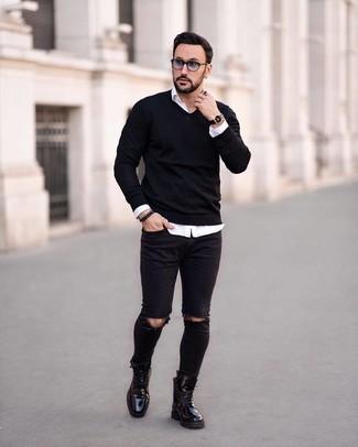 Wie kombinieren: schwarzer Pullover mit einem V-Ausschnitt, weißes Langarmhemd, schwarze enge Jeans mit Destroyed-Effekten, schwarze Lederfreizeitstiefel
