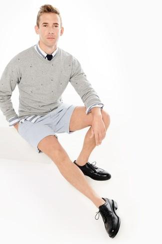 Wie kombinieren: grauer Pullover mit einem V-Ausschnitt, weißes und blaues horizontal gestreiftes Langarmhemd, hellblaue vertikal gestreifte Shorts aus Seersucker, schwarze Leder Brogues