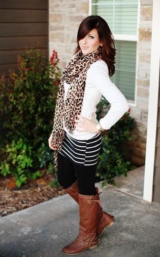 Wie kombinieren: weißer Pullover mit einem V-Ausschnitt, schwarzer und weißer horizontal gestreifter Minirock, braune kniehohe Stiefel aus Leder, beige Schal mit Leopardenmuster