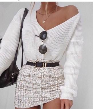 Wie kombinieren: weißer Pullover mit einem V-Ausschnitt, hellbeige Tweed Minirock, schwarzer Leder Rucksack, schwarzer Ledergürtel