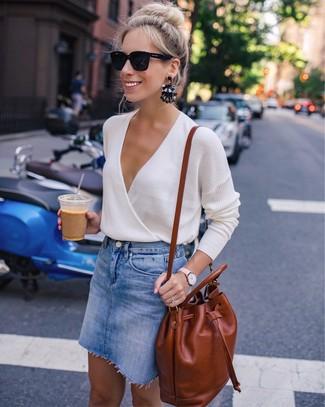 Wie kombinieren: hellbeige Pullover mit einem V-Ausschnitt, blauer Jeans Minirock, rotbrauner Leder Rucksack, schwarze Sonnenbrille
