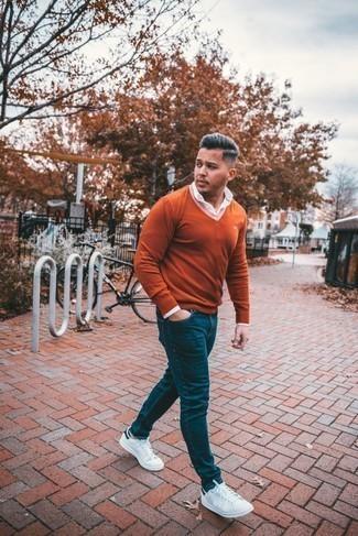 Dunkelblaue Jeans kombinieren – 500+ Herren Outfits: Paaren Sie einen orange Pullover mit einem V-Ausschnitt mit dunkelblauen Jeans, um mühelos alles zu meistern, was auch immer der Tag bringen mag. Weiße und dunkelblaue Leder niedrige Sneakers sind eine gute Wahl, um dieses Outfit zu vervollständigen.