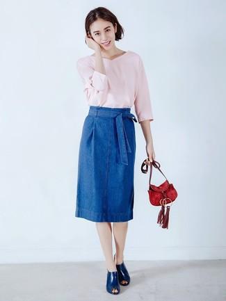 Rote Wildleder Umhängetasche kombinieren – 23 Damen Outfits: Kombinieren Sie einen rosa Pullover mit einem V-Ausschnitt mit einer roten Wildleder Umhängetasche - mehr brauchen Sie nicht, um ein perfektes ultralässiges Trend-Outfit zu erzielen. Heben Sie dieses Ensemble mit dunkelblauen Leder Pantoletten hervor.