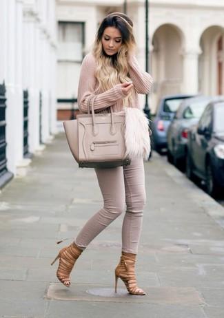 Wie kombinieren: rosa Pullover mit einem V-Ausschnitt, hellbeige enge Jeans, braune Römersandalen aus Leder, hellbeige Shopper Tasche aus Leder