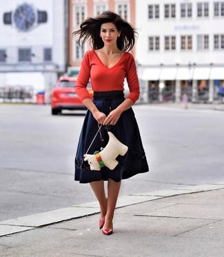 Rote Leder Pumps kombinieren – 138 Damen Outfits: Ein roter Pullover mit einem V-Ausschnitt und ein dunkelblauer ausgestellter Rock sind Freizeit-Essentials, die sich super kombinieren lassen. Komplettieren Sie Ihr Outfit mit roten Leder Pumps.